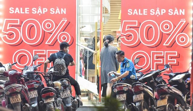 Hà Nội: Các cửa hàng đồng loạt treo biển giảm giá trước ngày Black Friday - 11