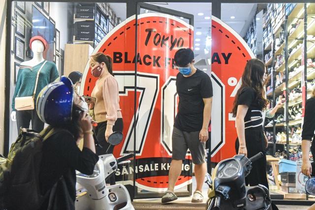 Hà Nội: Các cửa hàng đồng loạt treo biển giảm giá trước ngày Black Friday - 12