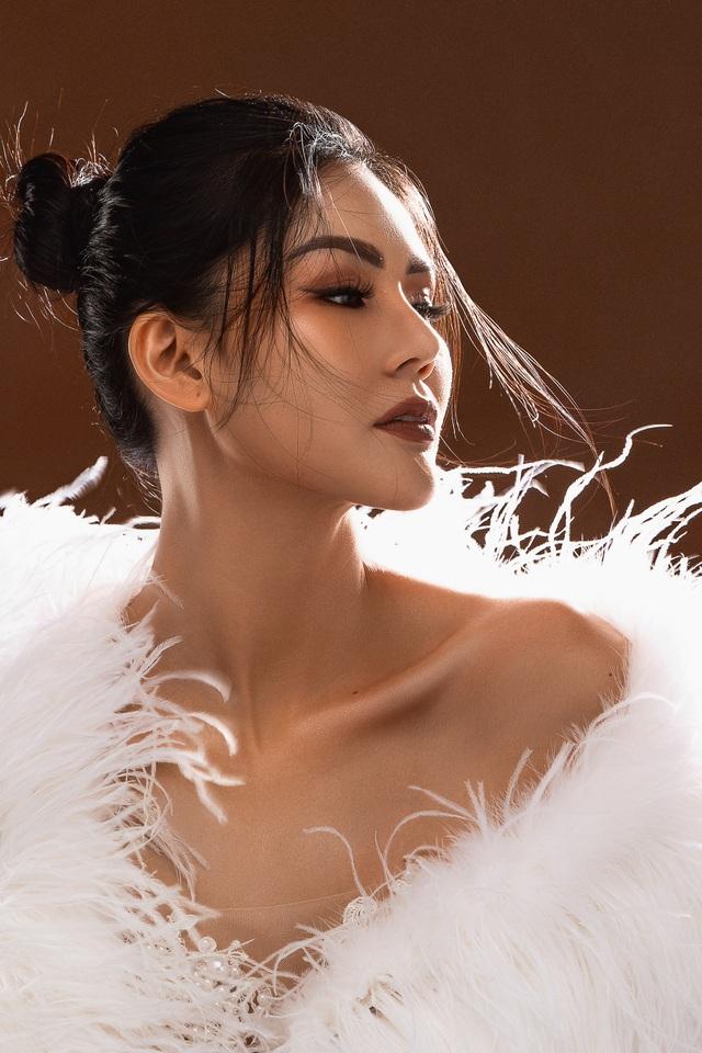Hoa hậu Kim Nguyên khoe dáng gợi cảm - 1