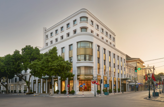 Louis Vuitton thắp sáng Thủ đô Hà Nội với cửa hàng mới:  Hoành tráng hơn, lộng lẫy hơn - 1