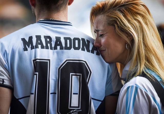 Người hâm mộ thế giới khóc thương tiễn biệt Maradona - 2