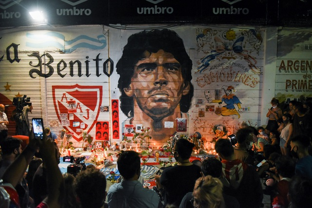 Người hâm mộ thế giới khóc thương tiễn biệt Maradona - 4