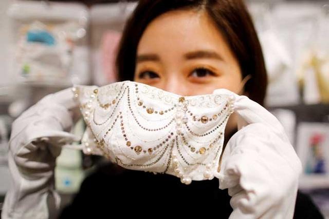 Nhật Bản ra mắt loạt khẩu trang đính kim cương, ngọc trai giá chục nghìn đô - 1