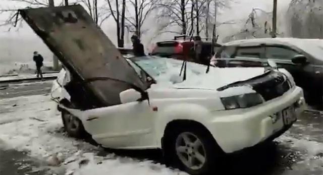 Khối bê tông 2 tấn rơi trúng Nissan X-Trail, thần chết tha chủ xe - 1