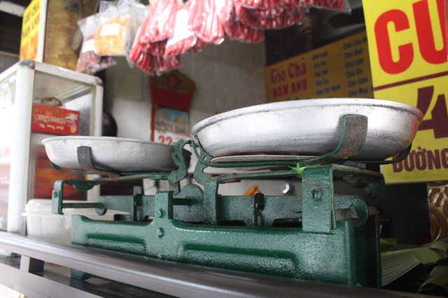 Báu vật giúp hàng giò chả nức tiếng phố cổ Hà Nội đông khách suốt 40 năm - 6