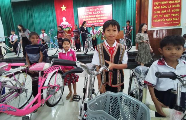 Bộ trưởng GDĐT Phùng Xuân Nhạ hỗ trợ học sinh, trường học tỉnh Bình Định - 1
