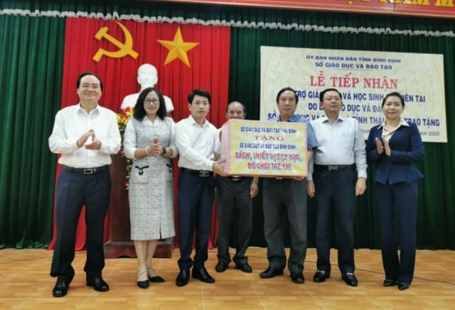 Bộ trưởng GDĐT Phùng Xuân Nhạ hỗ trợ học sinh, trường học tỉnh Bình Định - 3
