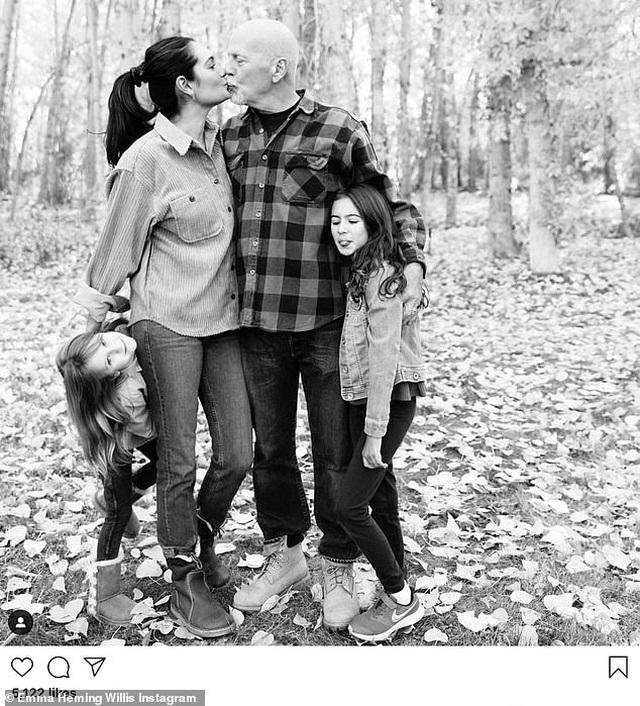 Hình ảnh hạnh phúc của ngôi sao U70 Bruce Willis bên vợ trẻ và hai con nhỏ - 1