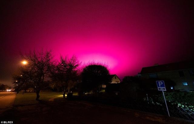 Chiêm ngưỡng hiện tượng bầu trời tím lạ lùng