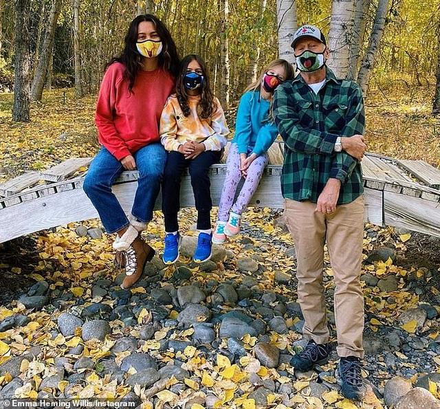 Hình ảnh hạnh phúc của ngôi sao U70 Bruce Willis bên vợ trẻ và hai con nhỏ - 2
