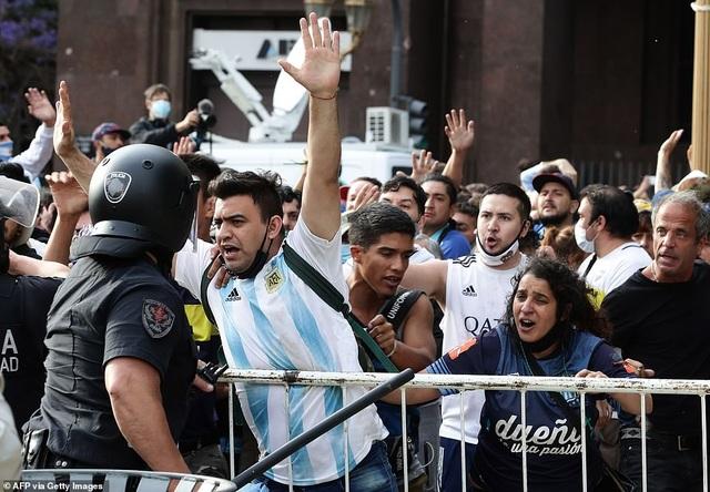 Cảnh hỗn loạn trong lễ viếng Diego Maradona - 11