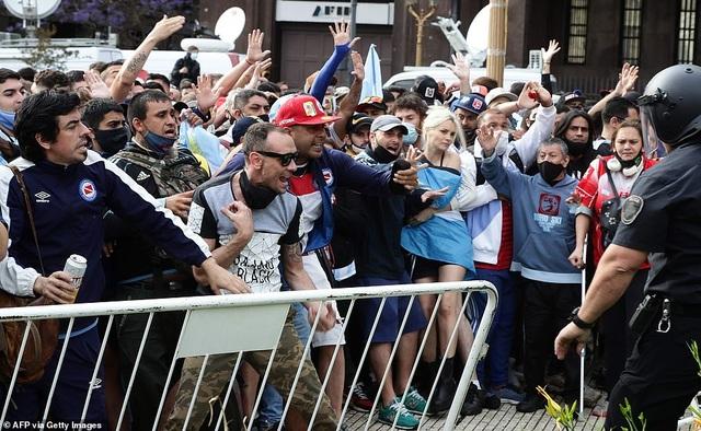 Cảnh hỗn loạn trong lễ viếng Diego Maradona - 14