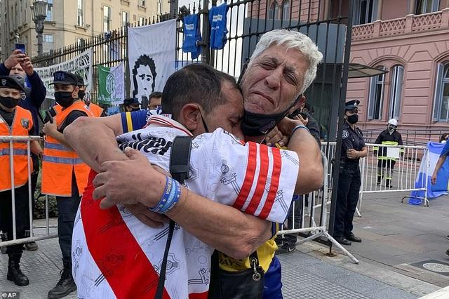 Cảnh hỗn loạn trong lễ viếng Diego Maradona - 2