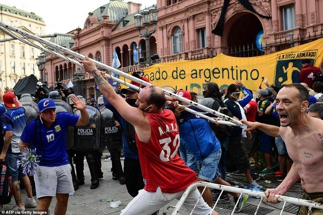 Cảnh hỗn loạn trong lễ viếng Diego Maradona - 3