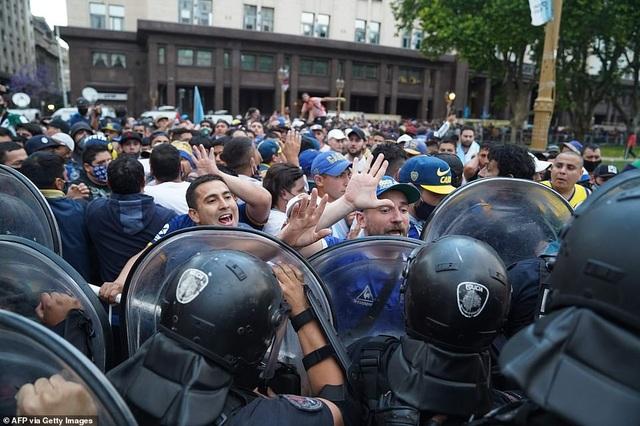 Cảnh hỗn loạn trong lễ viếng Diego Maradona - 17