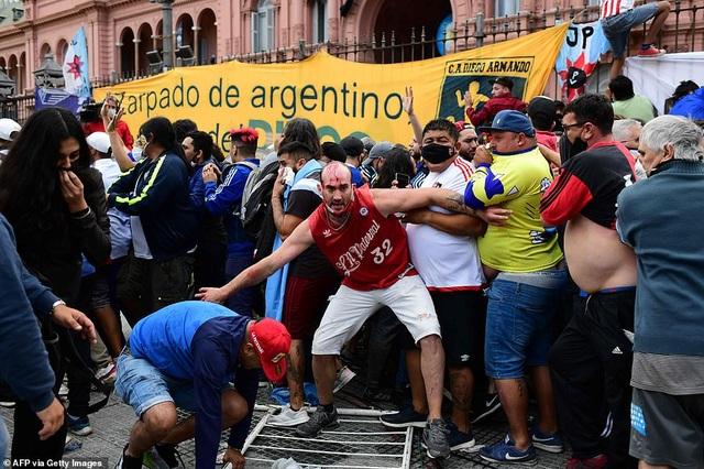 Cảnh hỗn loạn trong lễ viếng Diego Maradona - 6
