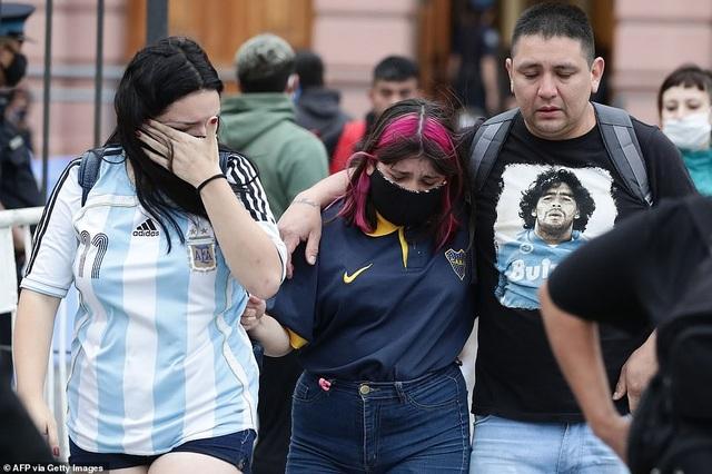 Cảnh hỗn loạn trong lễ viếng Diego Maradona - 18