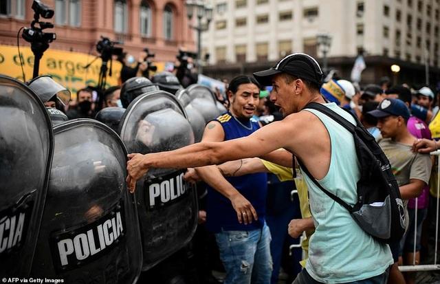 Cảnh hỗn loạn trong lễ viếng Diego Maradona - 16