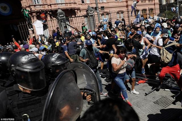 Cảnh hỗn loạn trong lễ viếng Diego Maradona - 7
