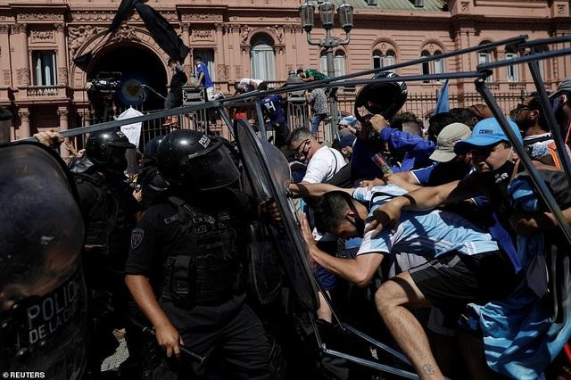 Cảnh hỗn loạn trong lễ viếng Diego Maradona - 12