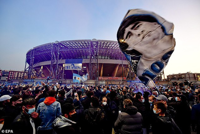 Cả đội Napoli mặc áo số 10 để tưởng nhớ huyền thoại Maradona - 8