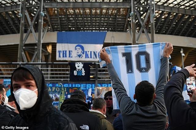 Cả đội Napoli mặc áo số 10 để tưởng nhớ huyền thoại Maradona - 9