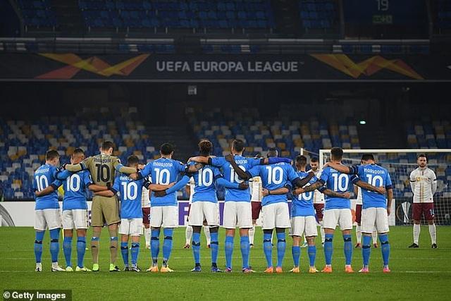 Cả đội Napoli mặc áo số 10 để tưởng nhớ huyền thoại Maradona - 4