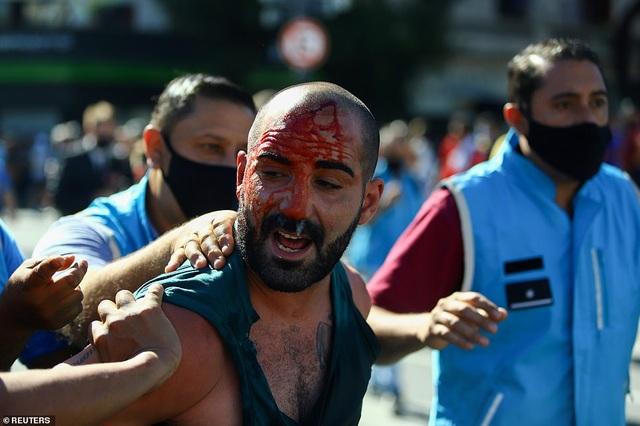 Cảnh hỗn loạn trong lễ viếng Diego Maradona - 19