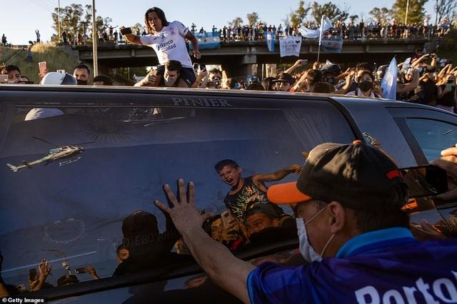 Dòng người tiễn biệt huyền thoại Maradona về nơi an nghỉ cuối cùng - 16