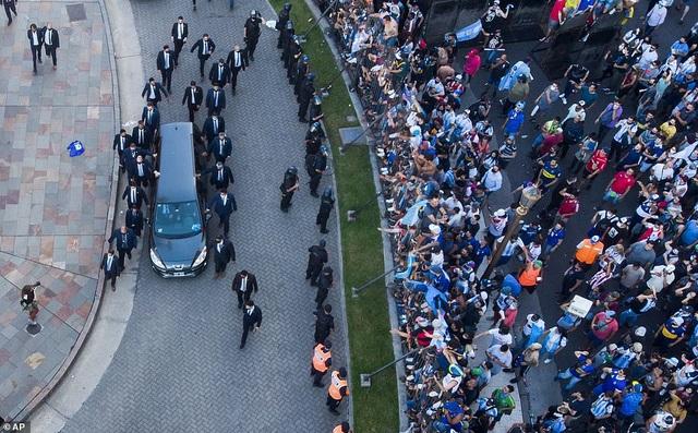 Dòng người tiễn biệt huyền thoại Maradona về nơi an nghỉ cuối cùng - 15