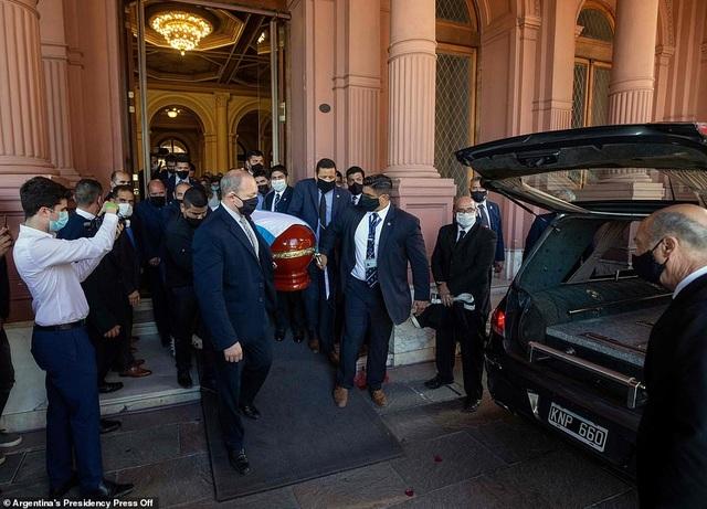Dòng người tiễn biệt huyền thoại Maradona về nơi an nghỉ cuối cùng - 3