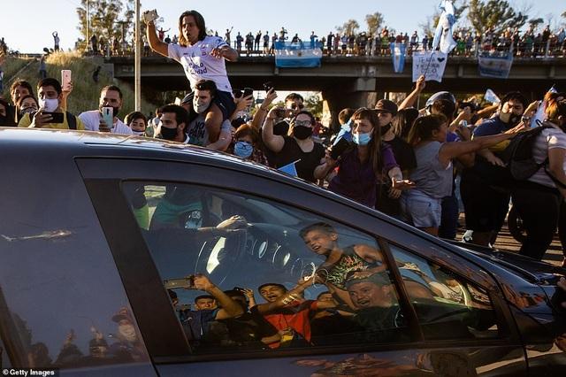Cảnh hỗn loạn trong lễ viếng Diego Maradona - 5