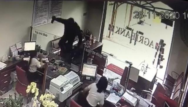 Một đối tượng cầm hung khí xông vào ngân hàng hô to lựu đạn đây… - 2