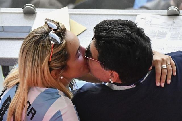 Bạn gái cũ rơi nước mắt vì không thể dự lễ viếng Maradona - 2