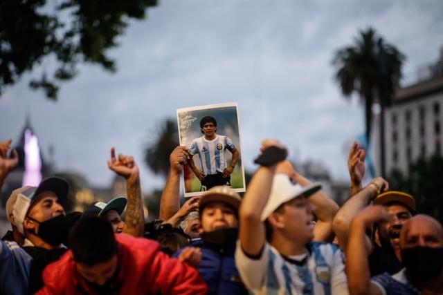 Bạn gái cũ rơi nước mắt vì không thể dự lễ viếng Maradona - 3