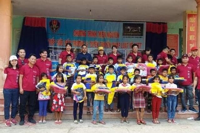 Cô Hiệu trưởng vận động nhà hảo tâm tặng xe đạp cho học trò nghèo vùng cao - 1