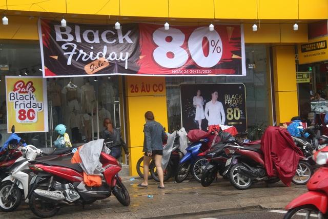 Đà Nẵng: Shop bung giá sập sàn, khách giảm nhiệt thờ ơ với Black Friday - 1