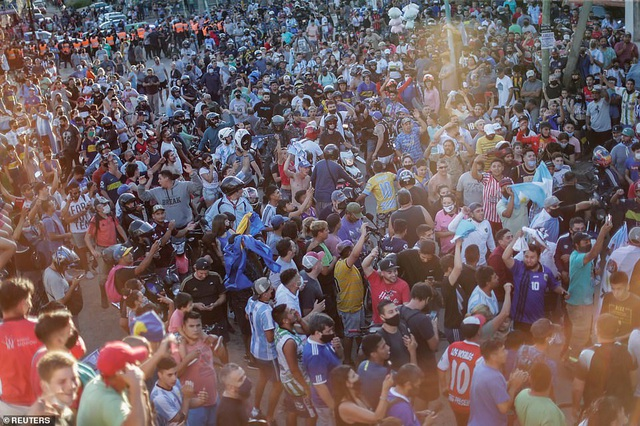 Cảnh hỗn loạn trong lễ viếng Diego Maradona - 1