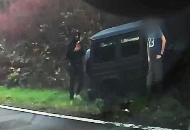 Khoảnh khắc kinh hoàng xe ô tô của sao Arsenal mất lái trên đường cao tốc - 3