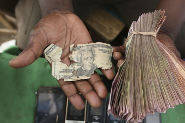 Nghề vá tiền rách làm ăn phát đạt ở Zimbabwe - 1