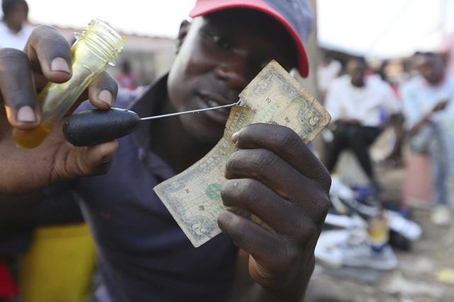 Nghề vá tiền rách làm ăn phát đạt ở Zimbabwe - 2