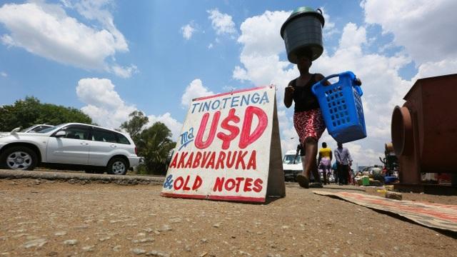 Nghề vá tiền rách làm ăn phát đạt ở Zimbabwe - 3
