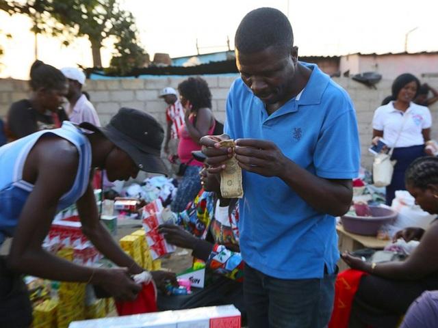 Nghề vá tiền rách làm ăn phát đạt ở Zimbabwe - 4