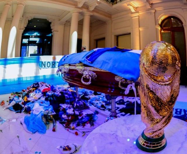 Ba người bị dọa giết vì chụp ảnh với thi thể Maradona - 2