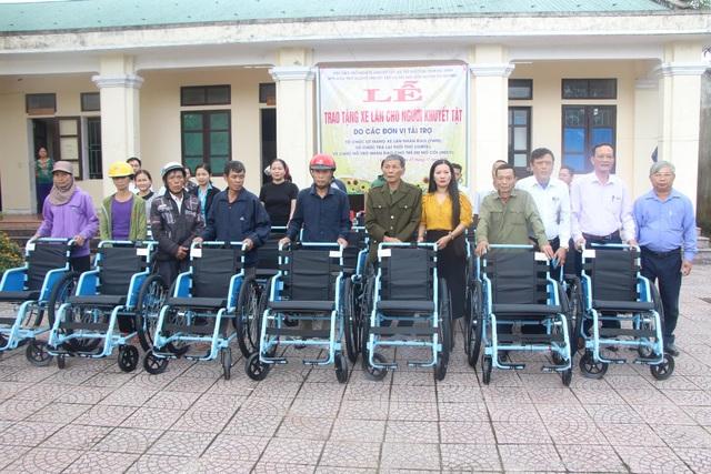 Người khuyết tật vui mừng nhận 65 chiếc xe lăn - 1