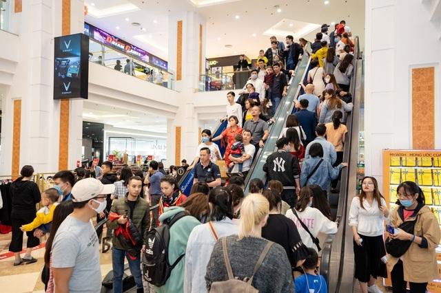 Hàng nghìn người đổ về mua sắm trong ngày đầu tiên của Vincom Black Friday - 1