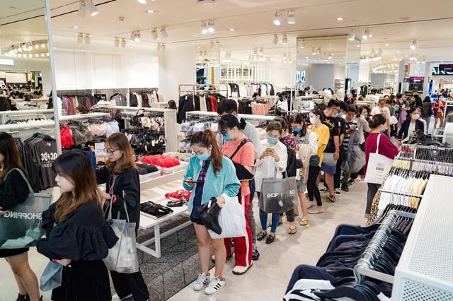 Hàng nghìn người đổ về mua sắm trong ngày đầu tiên của Vincom Black Friday - 2