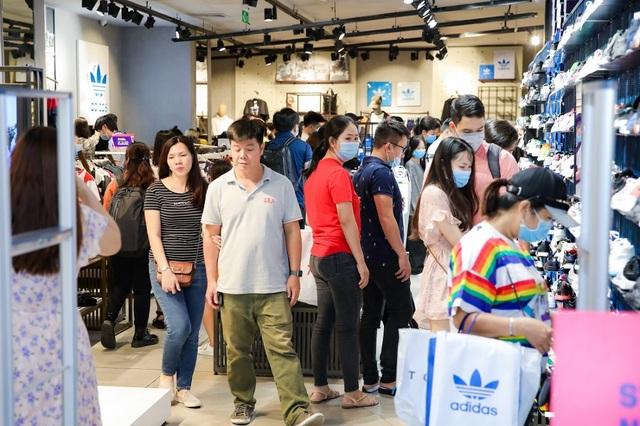 Hàng nghìn người đổ về mua sắm trong ngày đầu tiên của Vincom Black Friday - 3