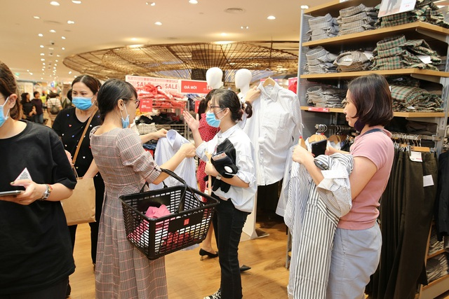 Hàng nghìn người đổ về mua sắm trong ngày đầu tiên của Vincom Black Friday - 4