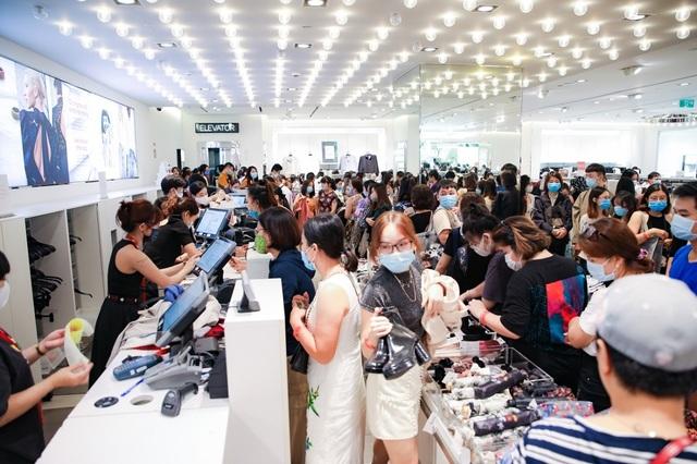Hàng nghìn người đổ về mua sắm trong ngày đầu tiên của Vincom Black Friday - 6